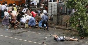 Kenji Nagai de APF agoniza después que la policía y los militares dispararon contra él en Yangon en esta foto de archivo del 27 de septiembre 2007. Adrees Latif