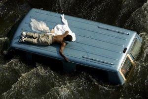 Un hombre se aferra a la parte superior de un vehículo antes de ser rescatado por la Guardia Costera de Estados Unidos de las calles inundadas de Nueva Orleans, en las secuelas del huracán Katrina, en Louisiana en esta foto de archivo del 04 de septiembre 2005. Robert Galbraith: