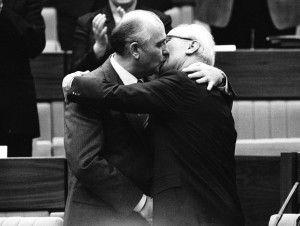 Líder soviético Mijail Gorbachov (L) felicita a este líder alemán Erich Honecker con un beso después de la reelección de Honecker como Secretario General del Congreso del Partido Comunista en Berlín Oriental en esta foto de archivo del 21 de abril 1986. REUTERS / Stringer,