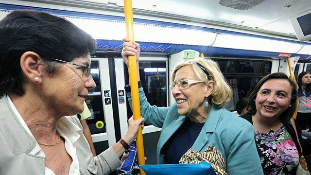 Manuel Carmena, alcaldesa de Madrid, viajando en metro