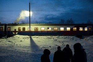 En Elban, el personal del tren sale para celebrar la Malestnitsa, el inicio de la Cuaresma y el final del invierno. Foto: William Daniels