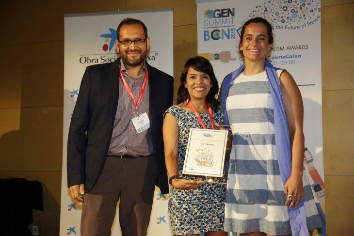 Nelly Luna Amancio, en el centro de la imagen, sostiene el premio de los Data Journalism Awards 2015