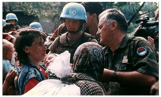 Mladic con los cascos azules, una de las imágenes propagandísticas de los serbios
