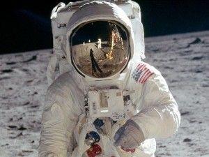Los conspiranoicos siempre han mantenido que el viaje a la luna del Apolo XI nunca se realizó. La carrera espacial de Estados Unidos estaba en entredicho por el avance ruso en poner un hombre en el espacio. La NASA nunca ha escondido que hizo multitud de pruebas en escenarios para probar trajes e instrumentos que serían utilizados en el aluzinaje.