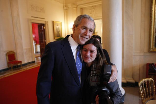 Shealah Craighead junto a George W. Bush - Foto: White House Photo by Eric Draper